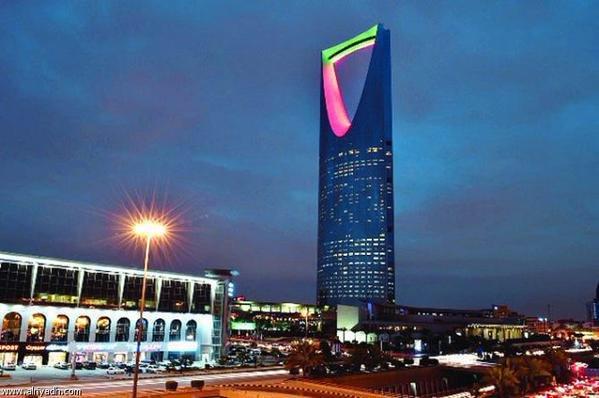 #برج_المملكة في #السعودية يتلون بألوان علم الإمارات احتفالا بعيد الاتحاد