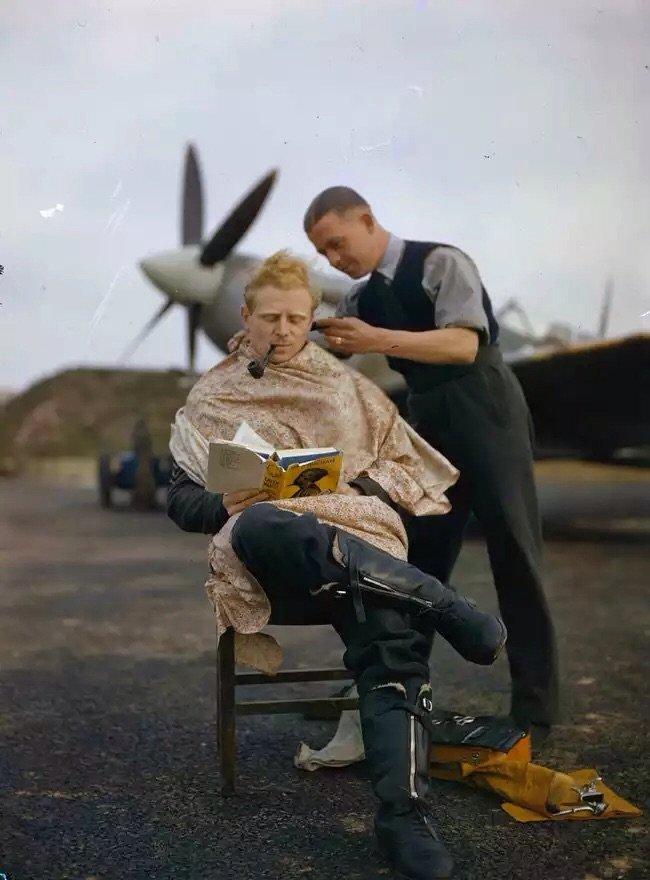 صورة #قديمة تمت إعادة تلوينها - طائر مقاتل يقص شعره بين طلعات الحرب العالمية الثانية