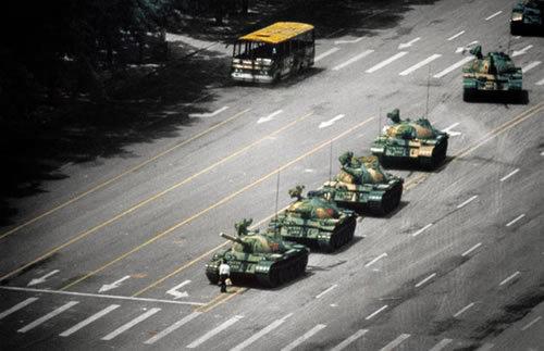 أشهر صور في العالم - صورة لطفل يقف أمام عرض عسكري في الصين عام 1989 أدى لاشتعال المظاهرات