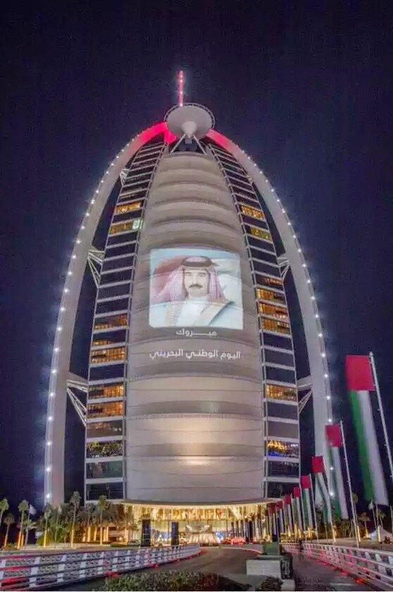 صورة ل#برج_العرب متزينا بصورة ملك البحرين بمناسبة اليوم الوطني لمملكة البحرين #دبي #البحرين #الإمارات