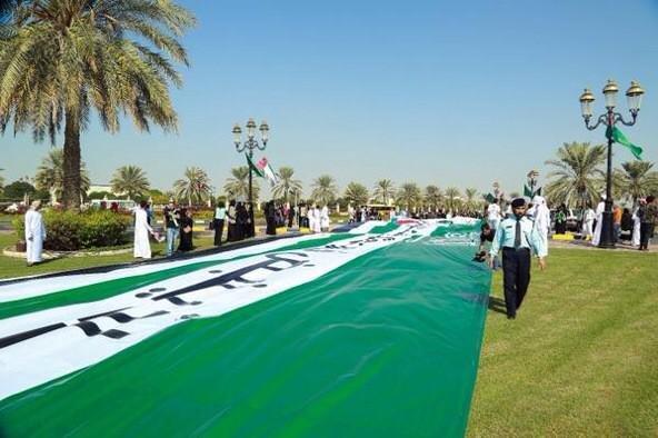 """شعار الملحقية الثقافية السعودية في مسيرة يوم الاتحاد الإماراتي \""""اتحادٌ ينبض في ذاتي..سعوديٌ إمارات\"""""""