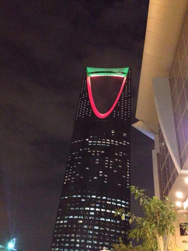 صورة: #برج_المملكة في #السعودية يتلون بألوان علم الإمارات احتفالا بعيد الاتحاد