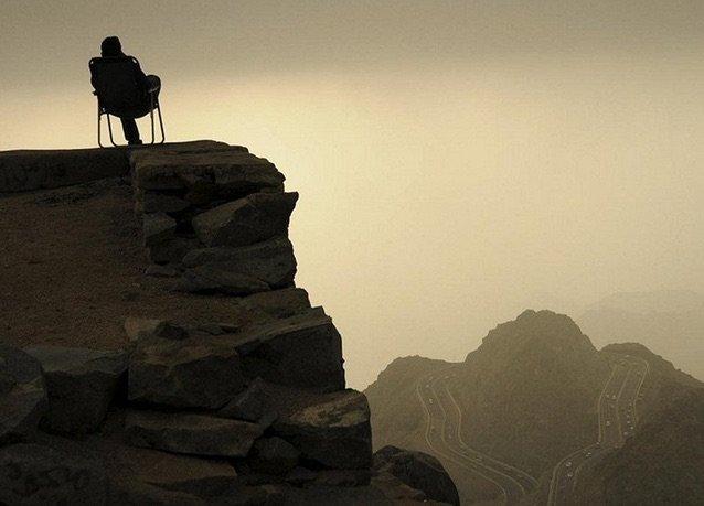 بانوراما صور #السعودية لعام ٢٠١٤ - رجل يجلس على قمة جبل الهدا ويلفه الضباب