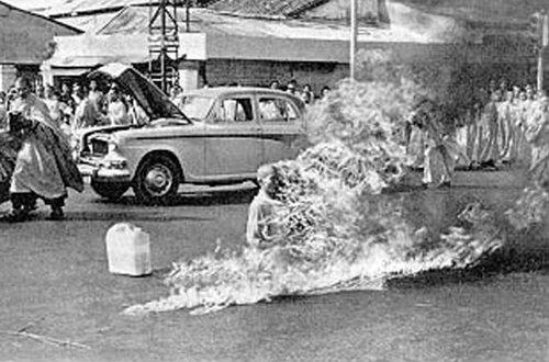 أشهر صور في العالم - راهب بوذي يحرق نفسه حتى الموت في فيتنام عام 1963 للاعتراض على سياسة الحكم المسيحي