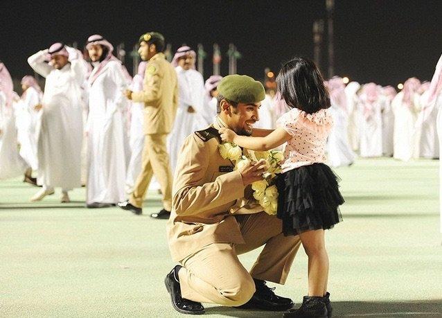 بانوراما صور #السعودية لعام ٢٠١٤ - طفلة تهدي أخيها وردا بعد تخرجه من كلية الملك عبدالعزيز الحربية