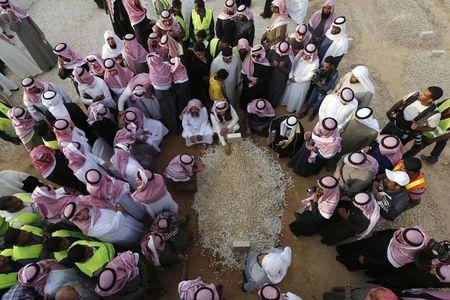 أقارب العاهل السعودي الراحل الملك عبد الله يلتفون حول قبره بعد دفنه #وفاة_خادم_الحرمين_الشريفين