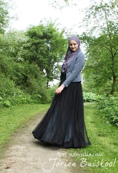 تنورة سوداء طويلة واسعة مع جاكيت رمادي - صور ملابس #محجبات #فساتين