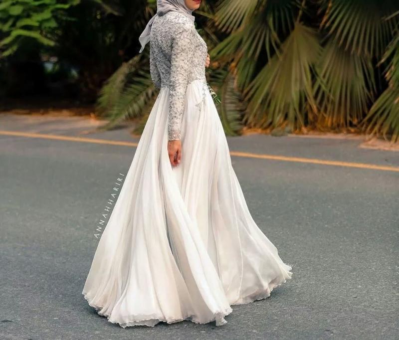 فستان أبيض من الأسفل وفضي من الأعلی - صور ملابس #محجبات #فساتين
