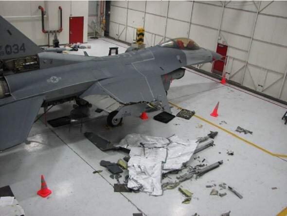اف-16 #امريكية نجح قائدها بالتحليق بها لمسافة 100 ميل والهبوط بسلام بعد تصادم جوي مع طائرة أخرى في #كنساس #غرد_بصورة