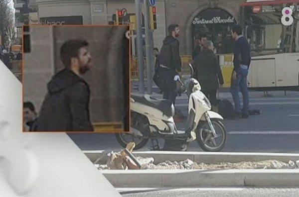 صورة#جيرارد_بيكيه يساعد إمرأة عانت من حادثة سير #كوره #برشلونه