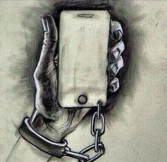 #صورة #معبرة عن كيف أصبحنا أسرى لهواتفنا ! #غرد_بصورة