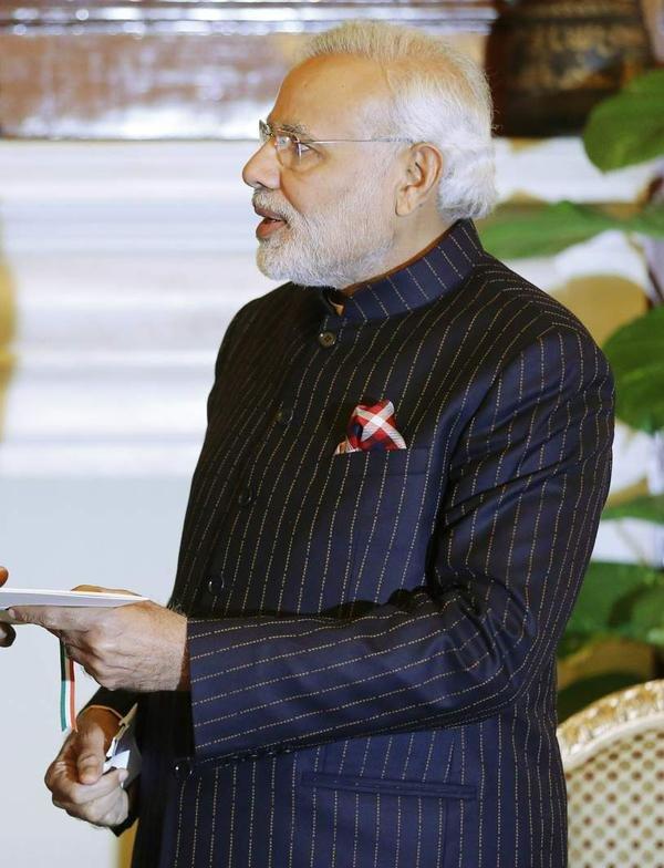 رئيس_الوزراء #الهندي يعرض #بدلة تحمل اسمه #للبيع عبر #المزاد