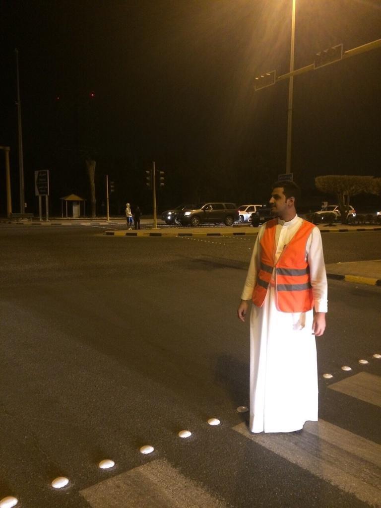 صورة متداولة لشباب تطوعوا لتنظيم السير #الكويت #انقطاع_الكهرباء_بالكويت #انقطاع_الكهرباء