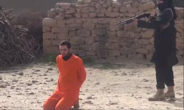 اعدام سجين #سوري باطلاق النار عليه من مسافة قريبة #داعش