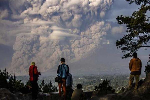 تمكن مصور محترف من التقاط صورة لجبل سينابونغ وهو يقذف الرماد خلال ثوران بركاني بشمال سومطرة الاندونيسية. #غرد_بصورة