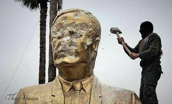 #صورة ثائر سوري يقوم بتحطيم تمثال #حافظ_الأسد في محافظة #إدلب، بعد تحريرها من قبل الثوار #إدلب_تتحرر