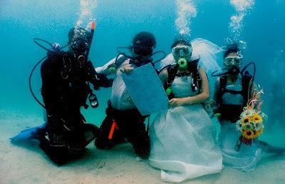 صور زفاف مثير للغرابه والدهشه الزفاف تحت الماء #غرد_بصوره صوره رقم 2