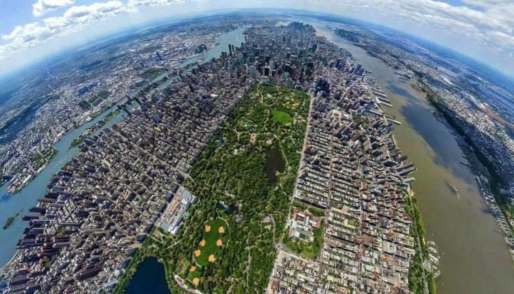حديقة Central Park بمدينة نيويورك الأمريكية في وسط مدينة نيويورك الضّخمة تقبع حديقة سنترال بارك الضّخمة أيضًا، وهي مخصّصةٌ للرّياضة بكلّ أنواعها والمشي والاسترخاء، ويوجد بها أماكن لأداء الاستعراضات