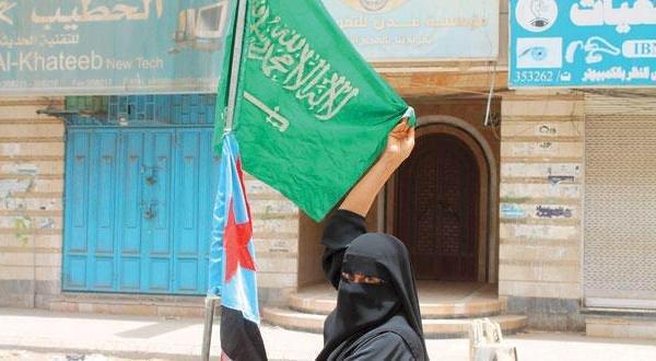 صورة يمنية ترفع علمي #السعودية و #اليمن في #عدن بمسيرة داعمة لـ«#عاصفة_الحزم