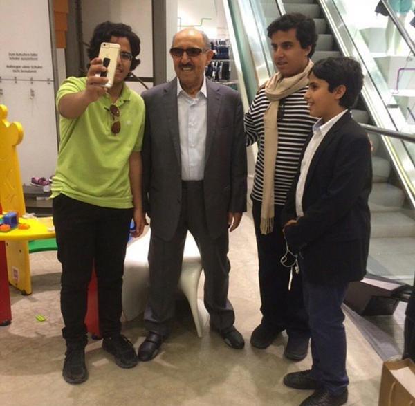 #قمة_التواضع صورة لشباب يلتقطون سيلفي مع الشيخ صباح الأحمد أمير #الكويت في ألمانيا