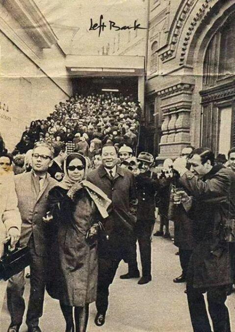 الست #أم_كلثوم عند خروجها من مسرح الأولمبيا في #باريس #مشاهير