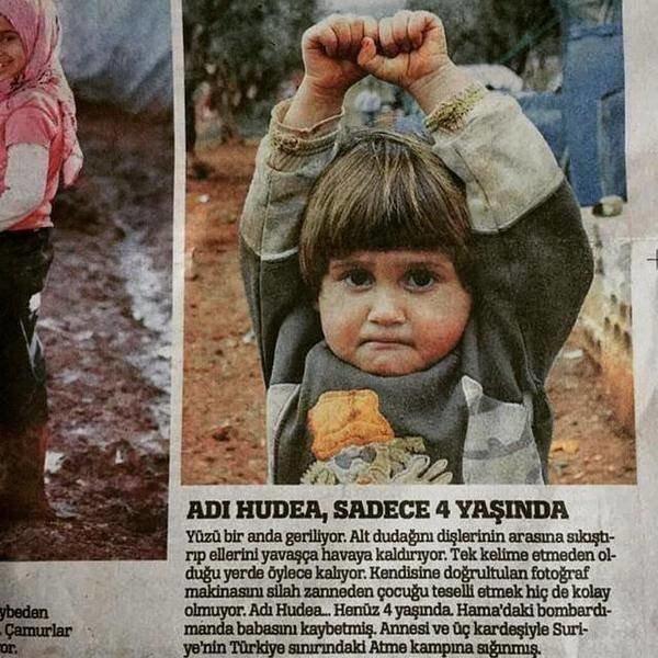صوره مؤلمه تظهر طفلة ترفع يديها بعد أن ظنت أن كاميرا المصور هي سلاح وأنه جندي جاء لقتلها