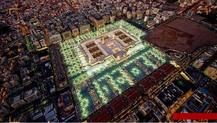 لقطة جوية وقت الإفطار في رمضان تُبين مدى جمال المسجد النبوي الشريف وساحاته المضيئة.