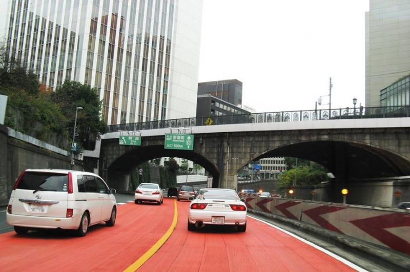 أغلب شوارع اليابان لا يوجد بها مطبات، وبدلاً منها يتم وضع طبقة حمراء مصنوعة من مادة مطاطية تعمل على تخفيف سرعة السيارات تلقائياً