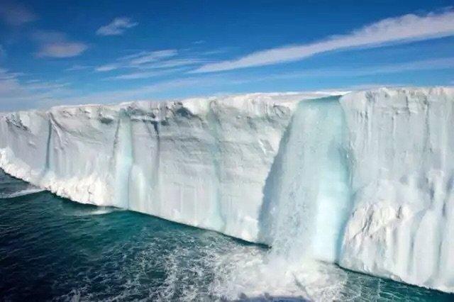 شلال يخرج من جبل ثلجي في القطب الجنوبي
