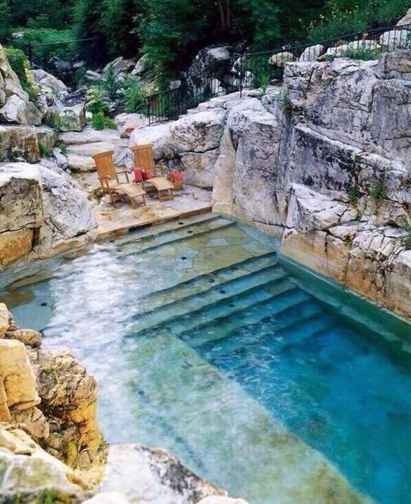 بركة سباحة محفورة في الصخر