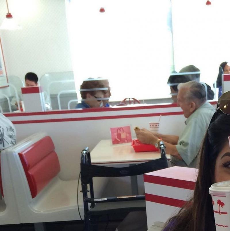 صورة مؤثرة لرجل عجوز يأكل في مطعم وأمامه صورة زوجته المتوفية والتي إعتادت الجلوس معه في نفس المطعم كل يوم