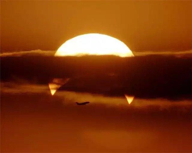 صورة للشمس تظهر كأنها ستأكل طائرة - صورة بالوقت المناسب