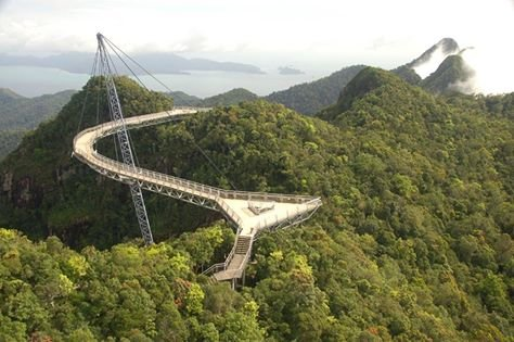 الجسر المعلق في جزيرة لنكاوي في ماليزيا ...