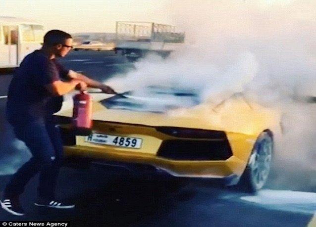 النيران تلتهم -لامبورغيني- في #دبي حسب صحيفة الدايلي ميل - صورة ١