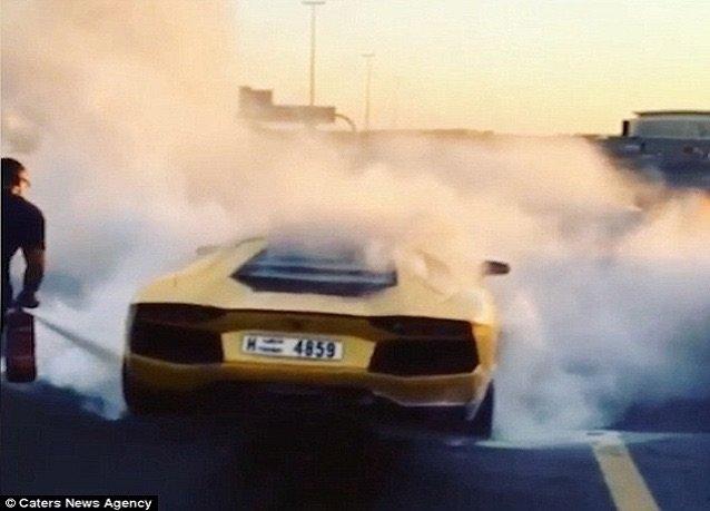 النيران تلتهم -لامبورغيني- في #دبي حسب صحيفة الدايلي ميل - صورة ٢