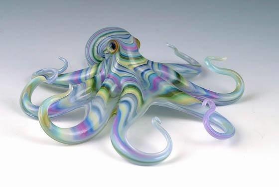 سكوت بيسون يبدع فى تشكيل الزجاج الملون ليحوله إلى حيوانات وزواحف تنبض بالحياة صوره رقم 1
