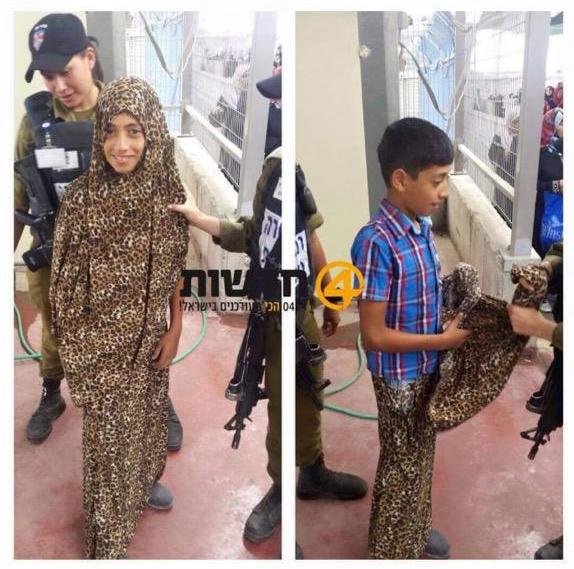 طفل فلسطيني يدخل متخفياً عبر أحد الحواجز لتأدية الصلاة بالمسجد الأقصى المبارك #فلسطين