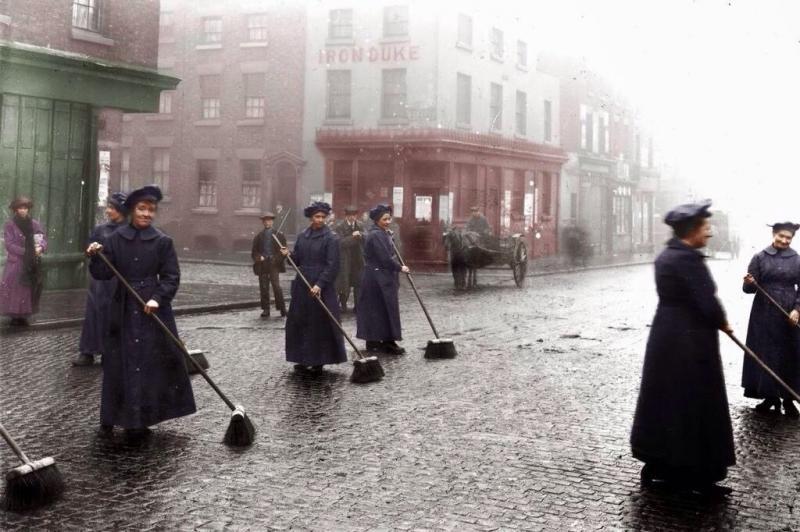 نساء #لندن ينظفن الشوارع في مارس ١٩١٦ لأن الرجال يقاتلون على الجبهة #تاريخ
