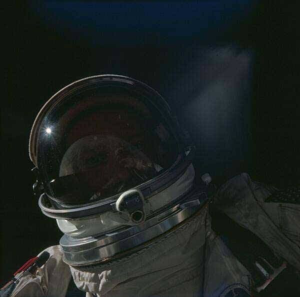 أول صورة #سيلفي في الفضاء التقطها رائد الفضاء باز الدرين في مهمة ابولو للهبوط على القمر عام 1969