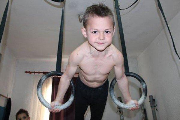 طفل روماني الجنسية يبلغ 11 عام يدخل موسوعة غينيس كأقوى طفل في العالم صوره رقم 1