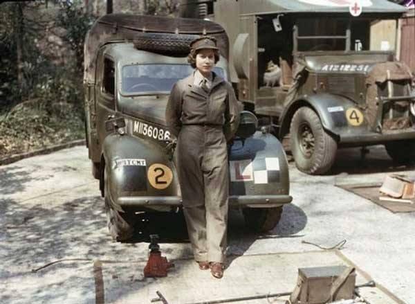 الملكة اليزابيث الثانية ملكة بريطانيا اثناء خدمتها العسكرية في الحرب العالمية الثانية.
