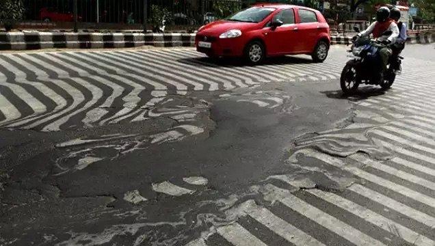 ذوبان طبقات الإسفلت في شوارع #دلهي في #الهند بسبب ارتفاع الحرارة - صورة ٣