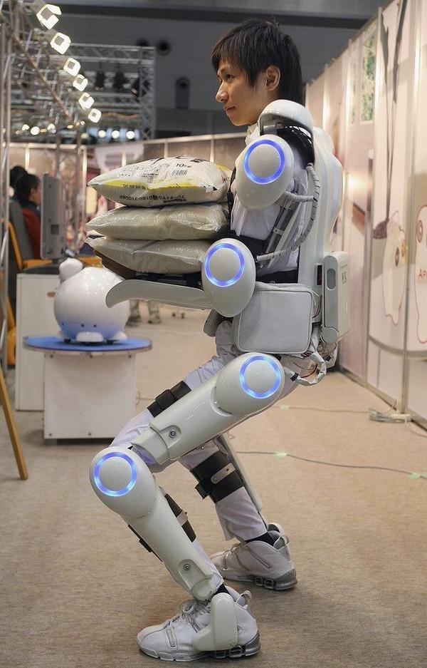 الرجل الآلي: صمم هذا الروبوت لمساعدة الانسان في حمل الاشياء الثقيلة دون اي جهد والى سرعة الحركة المؤتمتة والمبرمجة #اليابان