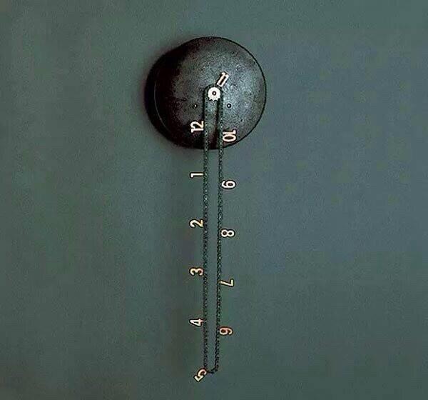 ساعة حائط بتصميم غريب