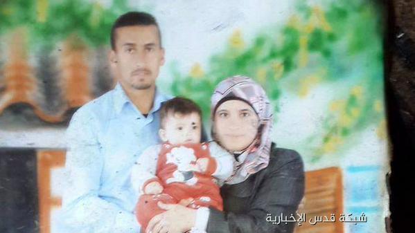صورة الطفل الرضيع الشهيد علي دوابشة مع والده ووالدته، الذي أحرقه مستوطنون يهود فجر اليوم في #نابلس. #حرقوا_الرضيع