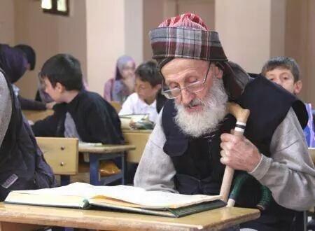 تجاوز عمره الـ 100 عام، ولا يزال يذهب كل يوم لحلقات حفظ #القران_الكريم مع الأطفال