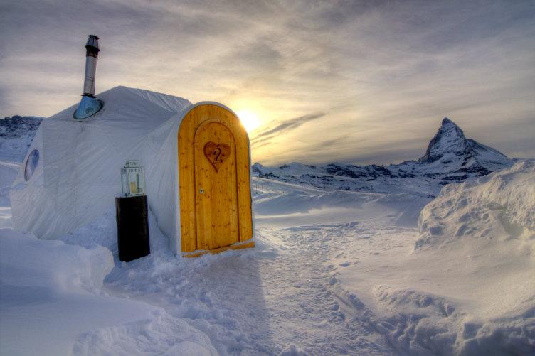 فندق إيجلو دورف #سويسرا الإقامة داخل المباني القبانية المحاطة بمساحات جبال الثلج