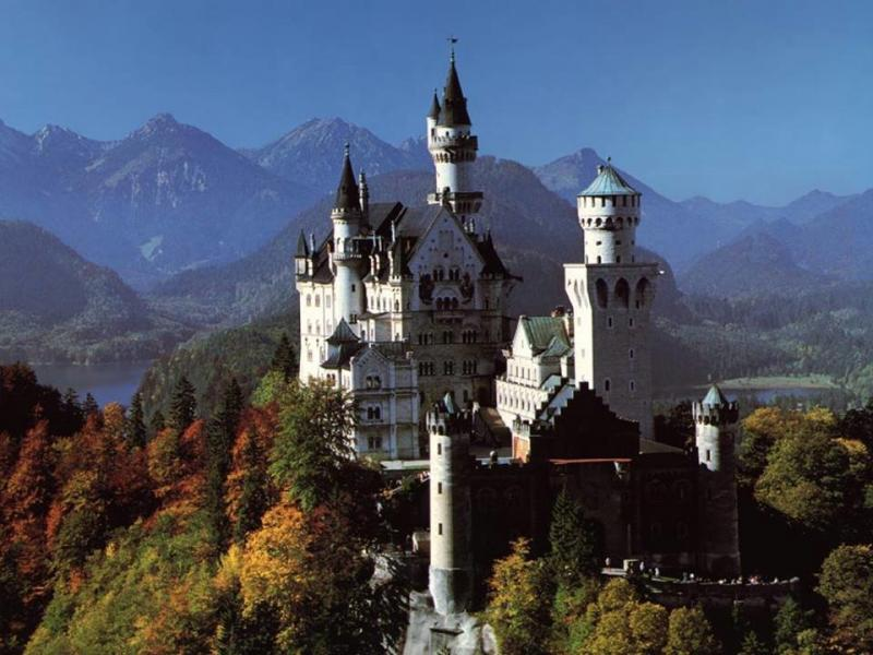 #المانيا قصر نويشفانشتاين في جنوب ألمانيا ، بالقرب من هوهينشفانغاو في جنوب غرب ولاية بافاريا ، بالقرب من الحدود الألمانية النمساوية .