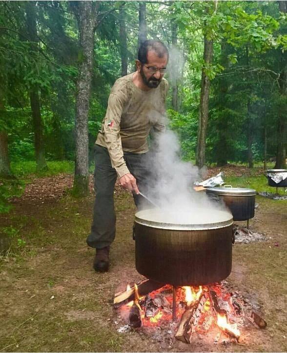 صورة لسمو الشيخ محمد بن راشد آل مكتوم يطهو لرفقائه في رحلة تخييم،تغزو قنوات التواصل الاجتماعي #دبي
