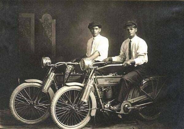 وليام هارلي وآرثر دايفيدسون مؤسسا شركة هارلي للدراجات النارية في صورة عام 1914